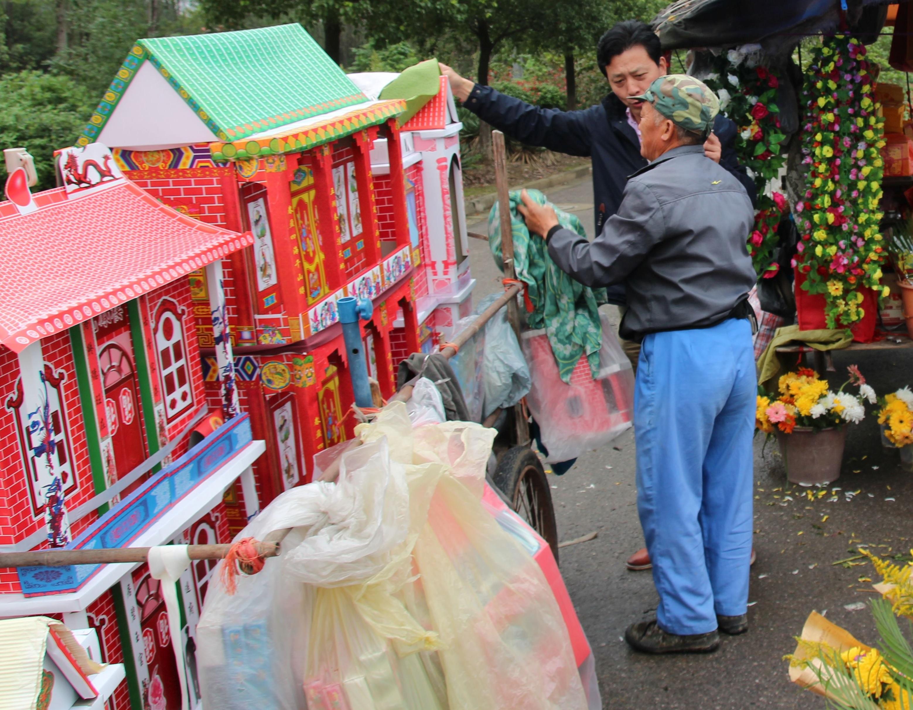 Häuser fürs Jenseits - Papieropfergaben am Friedhof von Nanking