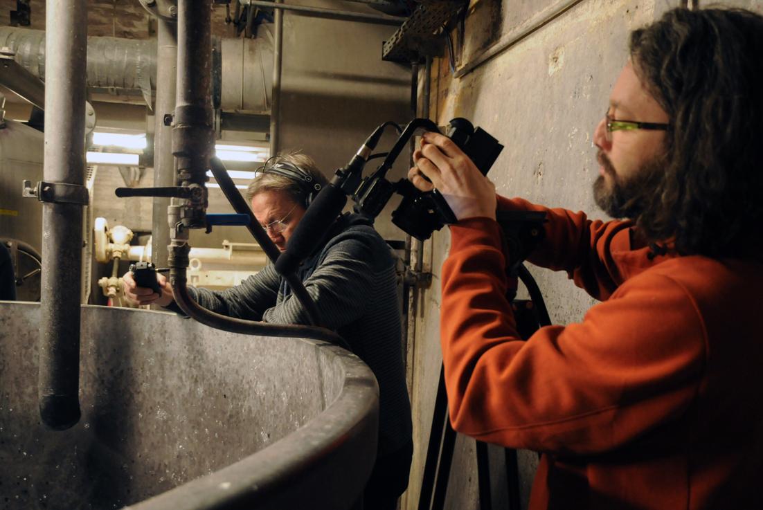 """Projekt """"In Betrieb"""": Andreas Schulte und Robert Lucas bei Ton- und Filmaufnahmen am Pulper in der Papierfabrik Gmund (Foto: Petra Walter-Moll)"""