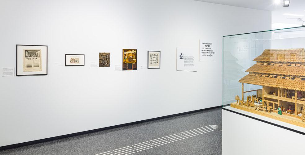 """Installationsansicht """"Leidenschaft Papier. Die Sammlung des Papiermachers und Gewerkschafters Peter Viehöver"""" (8.9.2019-16.2.2020), Papiermuseum Düren, Foto: Peter Hinschläger (Ausschnitt)"""
